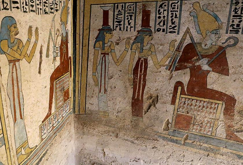 Lukisan dinding yang masih dalam keadaan baik ini menceritakan tentang sejarah pemilik makam itu. - Reuters