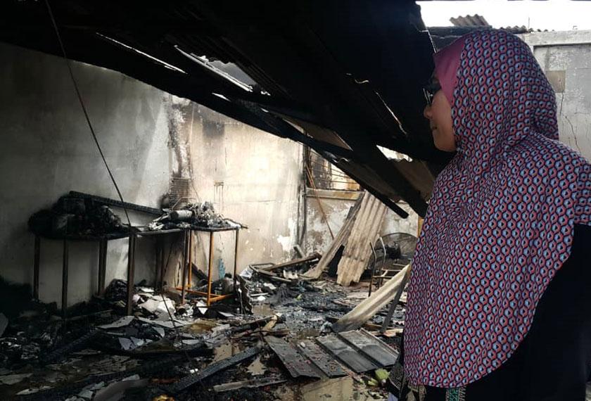 Nuraznida berkata, ketika kejadian dia sedang memanaskan minyak untuk menggoreng kerepek popia yang diniagakan sejak dua tahun lalu. - Foto Astro AWANI/Vivi Sumanti
