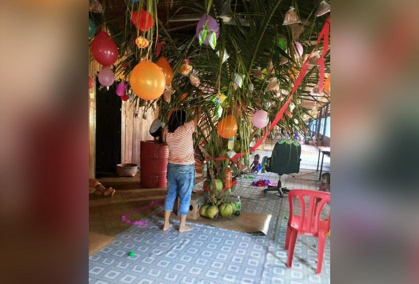 Pohon Ranyai dihiasi akan dihiasi dengan pelbagai jenis barangan terdiri daripada makanan dan minuman.