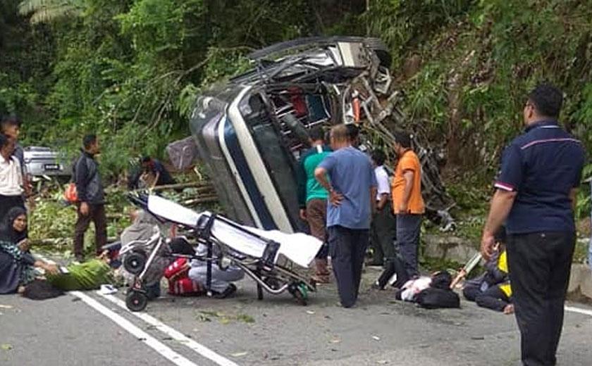 Bas tersebut hilang kawalan lalu melanggar tebing di sisi jalan seterusnya terbalik. - Foto: Media sosial