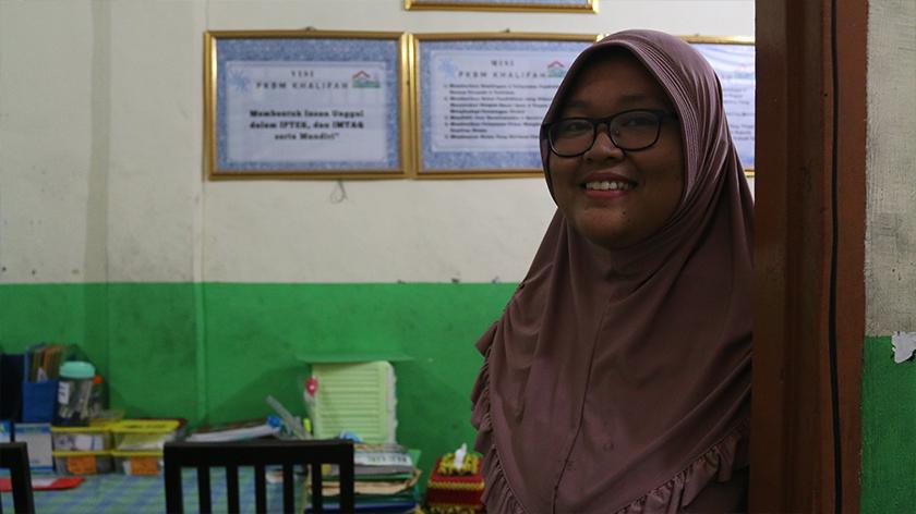Dita Hidayatunnisa, 27 tahun, ketika ini bertugas di pejabat pentadbir Rumah Cerdas Khalifah, sebuah pusat pendidikan alternatif di Cipinang, Jakarta Timur. - Foto Ceritalah