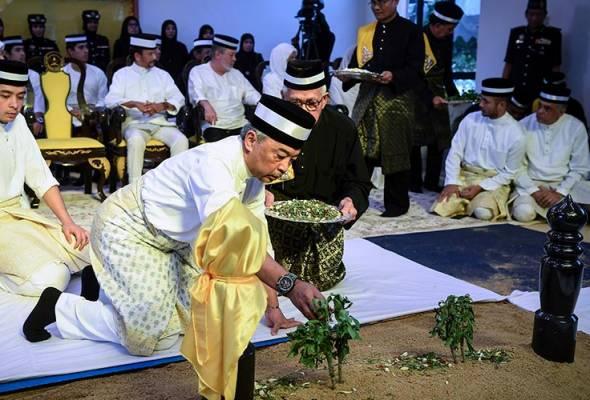Almarhum Sultan Ahmad Shah selamat disemadikan