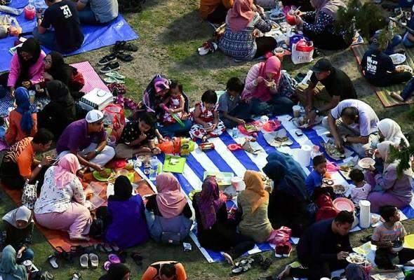 Buka puasa 'berjemaah' di tepi Sungai Kelantan meriah