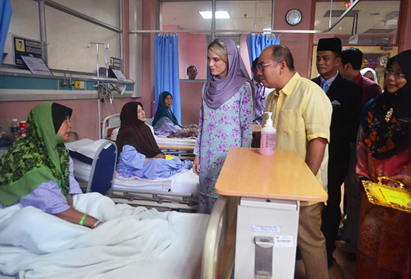 Tengku Mahkota dan isteri meluangkan masa lebih satu jam melawat 67 pesakit di Wad Puteri dan Anggerik sambil mengurniakan zakat dan sumbangan peribadi kepada pesakit. - Foto Astro AWANI