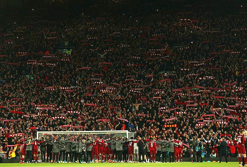 Pemain Liverpool meraikan kemenangan pasukan mereka ke atas Barcelona FC di hadapan ribuan penyokong di Stadium Anfield. - Foto AP/Dave Thompson