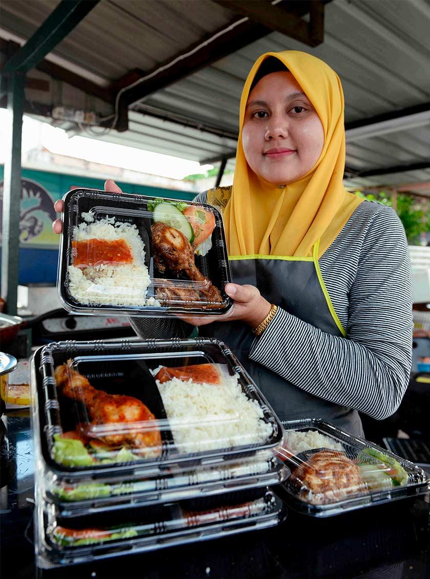 Nasi ayam madu lada hitam ini dijual pada harga hanya RM6 sebungkus. - Bernama