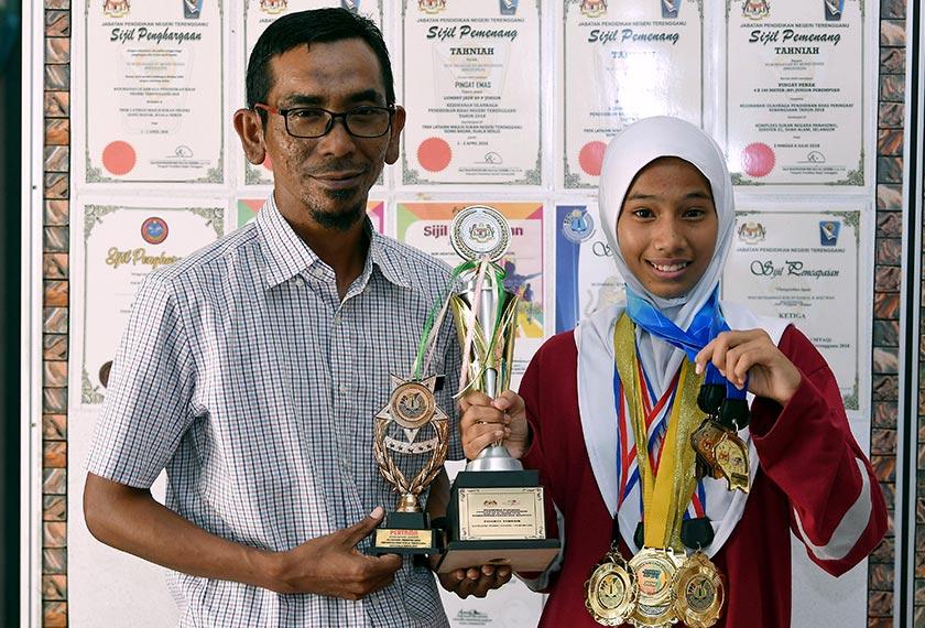 Ahmad Shabri bersama anak didiknya Nur Hidayah yang memenangi Peserta Terbaik Kategori Pembelajaran-Perempuan dalam Kejohanan Olahraga Pendidikan Khas Kebangsaan 2018. - BERNAMA