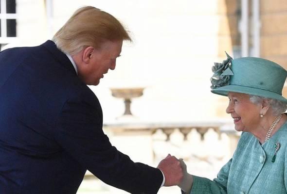 Kenapa Trump tidak tunduk hormat semasa bertemu Ratu Elizabeth II?