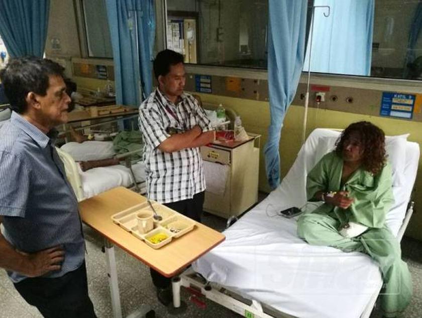 Freddie (kiri) melawat To'ki yang dirawat di Hospital Kuala Lumpur, pada Ahad. - Foto Sinar Harian