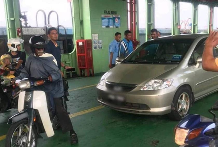 Kereta jenis Honda City yang ditinggalkan tanpa pemandu atau penumpang di bahagian bawah dek feri. Foto ihsan pembaca