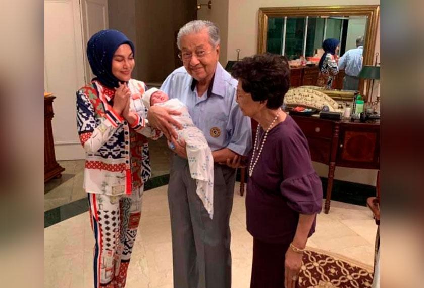 Keceriaan Dr Mahathir dan Dr Siti Hasmah menyambut kedatangan anak angkat Umie Aida, Aisya. - Gambar Facebook Umie Aida