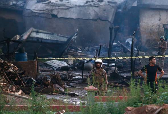 Pesawat tentera terhempas di kawasan perumahan, 18 maut