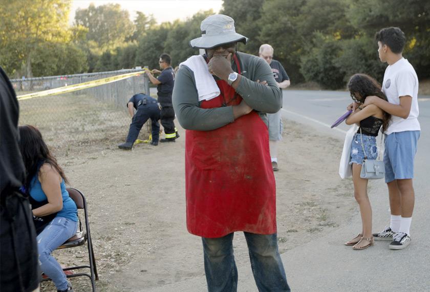 Anggota polis dan ambulan dikejarkan ke tapak pesta makanan itu susulan menerima laporan kejadian tembakan rambang. - Foto AP