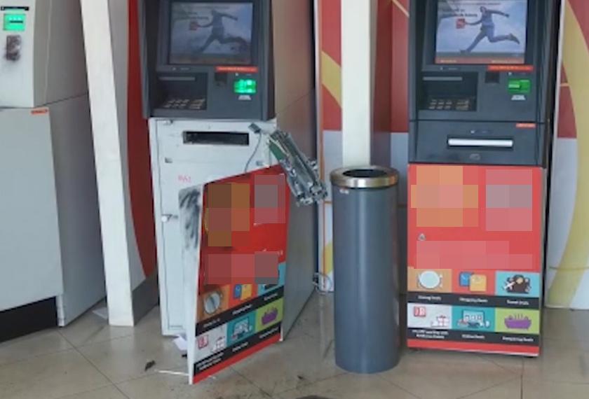 Hasil pemeriksaan menemui rantai besi dan cangkuk yang telah dipasang pada mesin ATM disyaki digunakan untuk menarik keluar mesin terbabit.  - Foto Astro AWANI