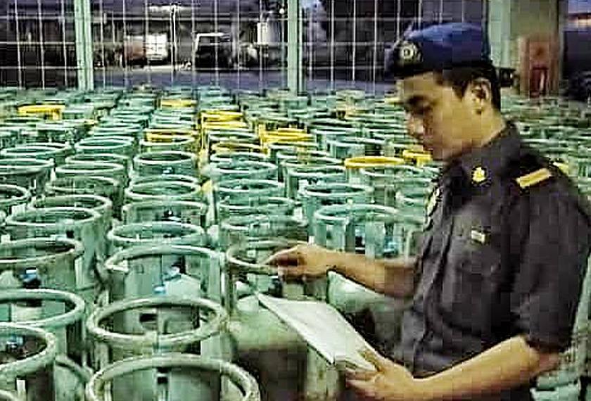 Hasil operasi mengesyaki pemegang lesen barang kawalan Gas Petroleum Cecair telah melanggar peruntukan di bawah Akta Kawalan Bekalan 1961 kerana memindahkan barang kawalan di tempat yang tidak dilesenkan. - Astro AWANI