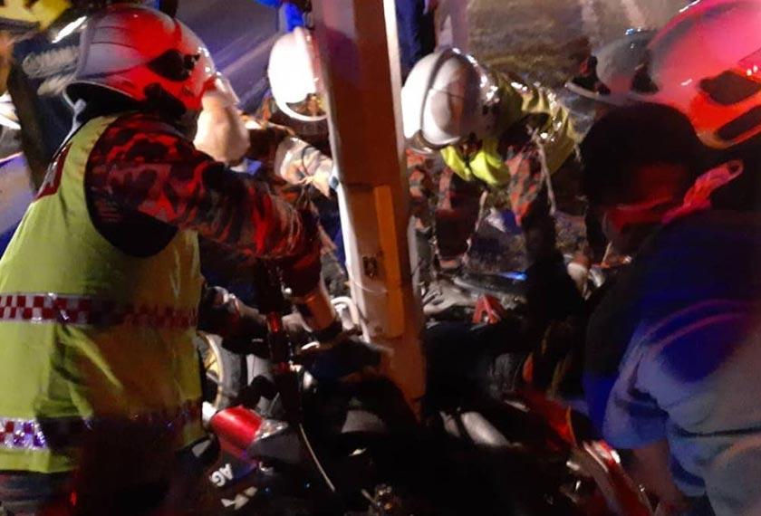 Apabila sampai di tempat kejadian dipercayai motosikal telah terbabas sendiri terlanggar tiang lampu. - Foto JBPM