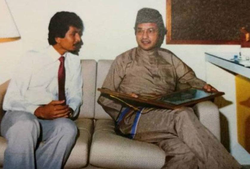 Tun Dr Mahathir Mohamad (kanan) sangat berminat dan memberikan fokus beliau terhadap kerja membaik pulih Carcosa pada 1989.