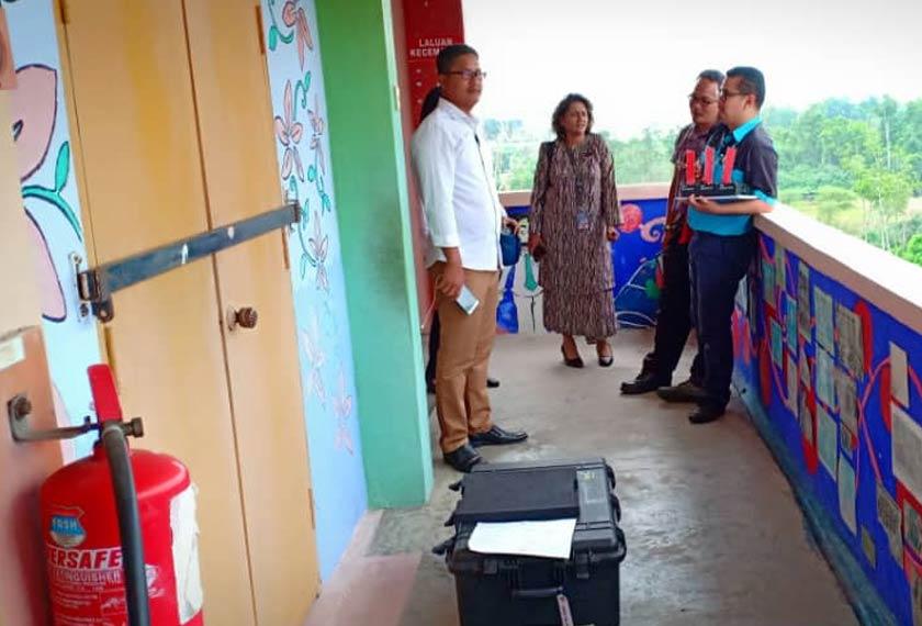 Timbalan Pengarah Jabatan Pendidikan, Ab Rahim Lamin berkata sesi persekolahan diteruskan dengan memindahkan murid yang berada di tingkat atas ke bahagian bawah. - Foto JBPM