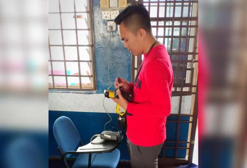 Unit Hazmat telah memberikan bantuan dengan mengambil bacaan menggunakan gasmet di lima tempat kawasan sekolah. - Foto JBPM