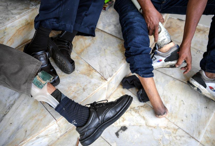 Tiga veteran tentera ini mengalami kecacatan kekal di bahagian kaki akibat terkena peluru dan jerangkap samar ketika menjalani tugas. --fotoBERNAMA