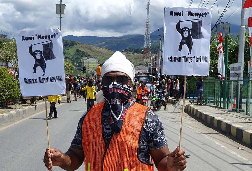 Seorang penunjuk perasaan memegang sepanduk ketika mengadakan perhimpunan di Abepura, wilayah Papua, Indonesia, 29 Ogos, 2019. (AP Photo)