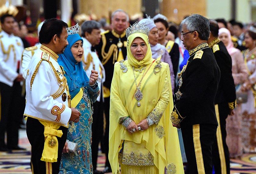 Yang di-Pertuan Agong Al-Sultan dan Raja Permaisuri Agong berkenan bersama Sultan Brunei Sultan Hassanal Bolkiah dan Raja Isteri Pengiran Anak Hajah Saleha selepas Majlis Santapan Diraja sempena Istiadat Pertabalan Yang di-Pertuan Agong Ke-16 di Istana Negara malam tadi. --fotoBERNAMA