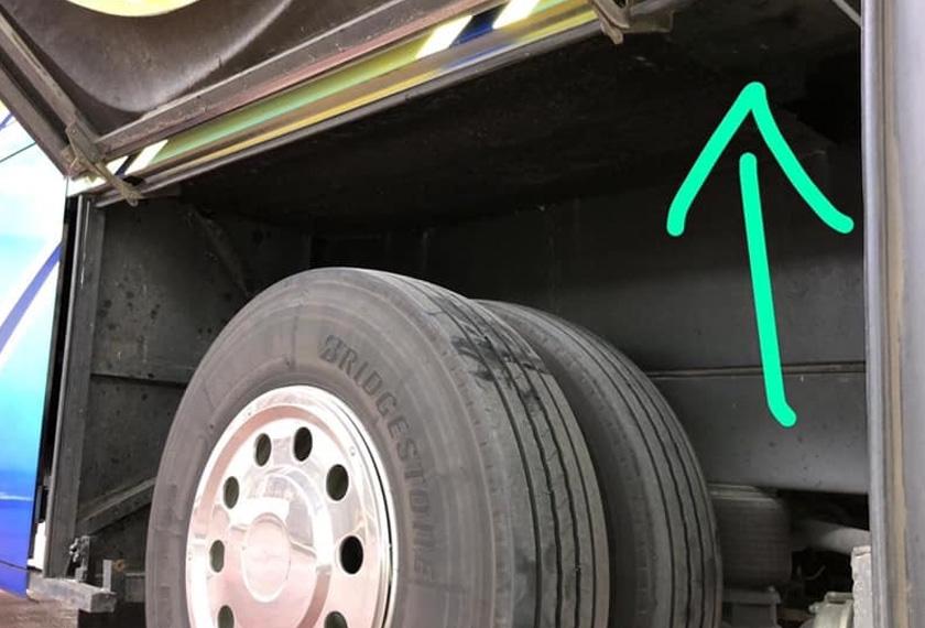 Ruang di bawah bas yang dijadikan tempat meletakkan burung hiasan seludup. - Foto: Facebook Immigration & Checkpoints Authority