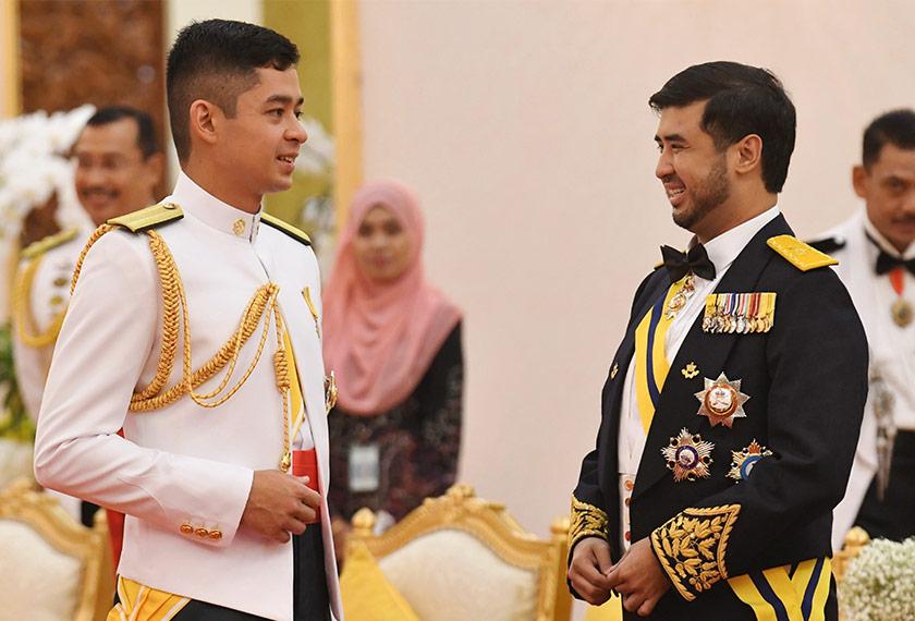 Pemangku Raja Pahang Tengku Hassanal Ibrahim Alam Shah Al-Sultan Abdullah berkenan berbual bersama Tunku Temenggong Johor Tunku Idris Iskandar Sultan Ibrahim pada Majlis Santapan Diraja sempena Pertabalan Yang di-Pertuan Agong ke-16 di Istana Negara malam tadi. --fotoBERNAMA