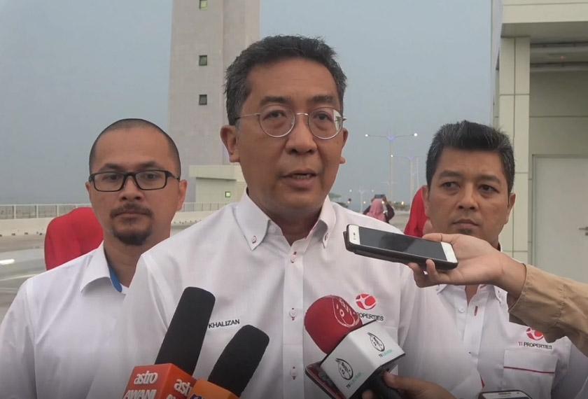 Khalizan berkata pihaknya sedang melihat kesesuaian sama ada untuk menyediakan laluan basikal di atas jambatan tersebut. - Astro AWANI