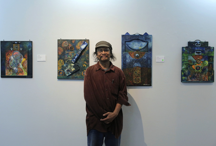 Sani Sudin disamping lukisan-lukisan beliau yang dipamerkan di Galeri Shah Alam. Foto Astro AWANI/Shahir Omar