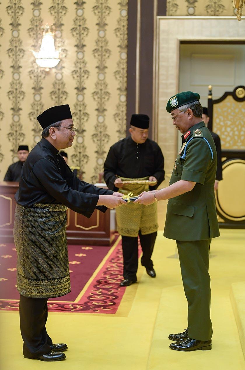 Istiadat Pengurniaan Surat Cara Pelantikan yang berlangsung di Singgahsana Kecil istana, Istana Negara. - Foto Bernama