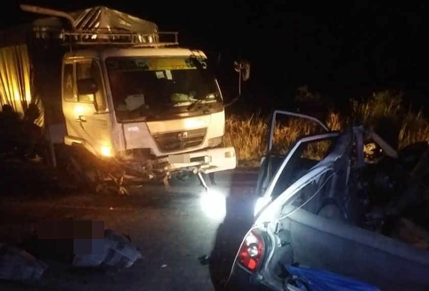 Empat lelaki maut, dua cedera apabila kereta bertembung lori kargo di Jalan Sri Aman-Sarikei di sini. - Gambar Astro AWANI.