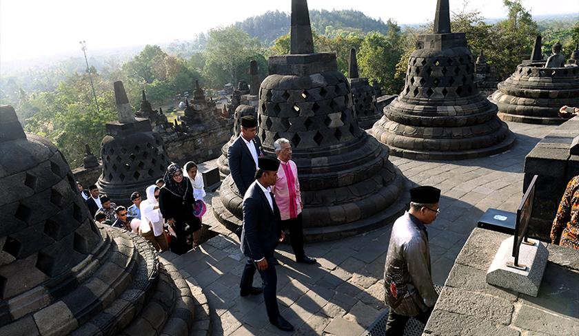 Yang di-Pertuan Agong Al-Sultan Abdullah Ri'ayatuddin Al-Mustafa Billah Shah dan Raja Permaisuri Agong Tunku Hajah Azizah Aminah Maimunah Iskandariah mendaki anak tangga menuju ke puncak Candi Borobudur di Yogyakarta. --fotoBERNAMA
