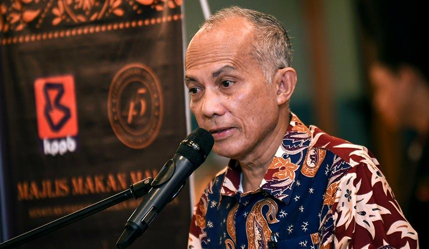 Azman berucap pada Majlis Makan Malam Ulang Tahun Ke-45 KPPB 1974 di sebuah hotel di Kuala Lumpur malam tadi. --fotoBERNAMA