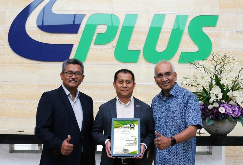 Dari kiri, CEO PLUS Zakaria Ahmad Zabidi, Ketua Pengurusan Fasiliti PLUS Hot Hamzah dan Azman. - Foto PLUS