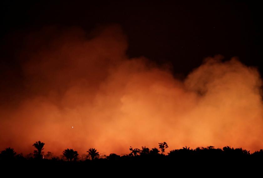 Suasana langit waktu malam juga diterangi api yang terus marak. - Reuters