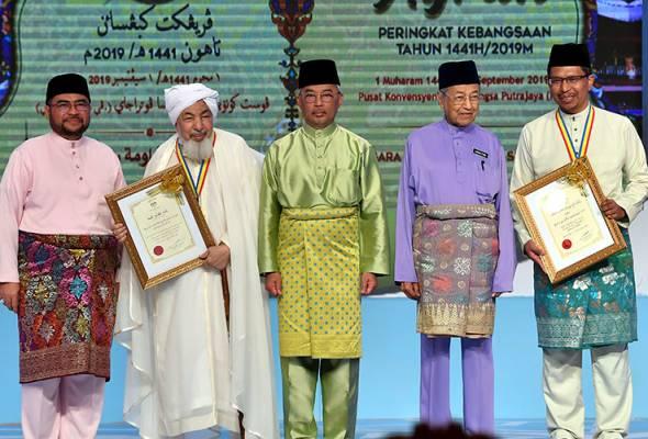 Zaini Ujang dianugerahkan Tokoh Maal Hijrah Kebangsaan