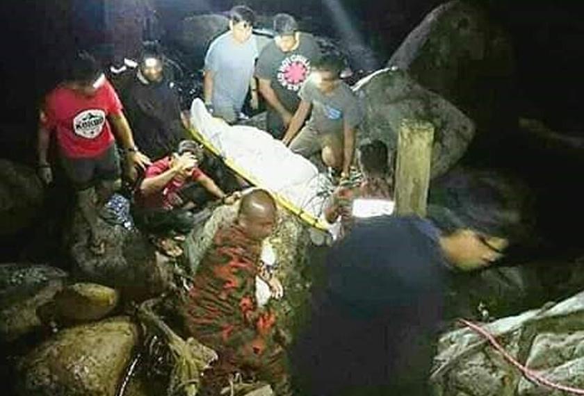 Mayat mangsa tragedi pokok hempap di Air Terjun Lata Hammer dibawa keluar oleh pasukan keselamatan. - Gambar Ihsan BOMBA
