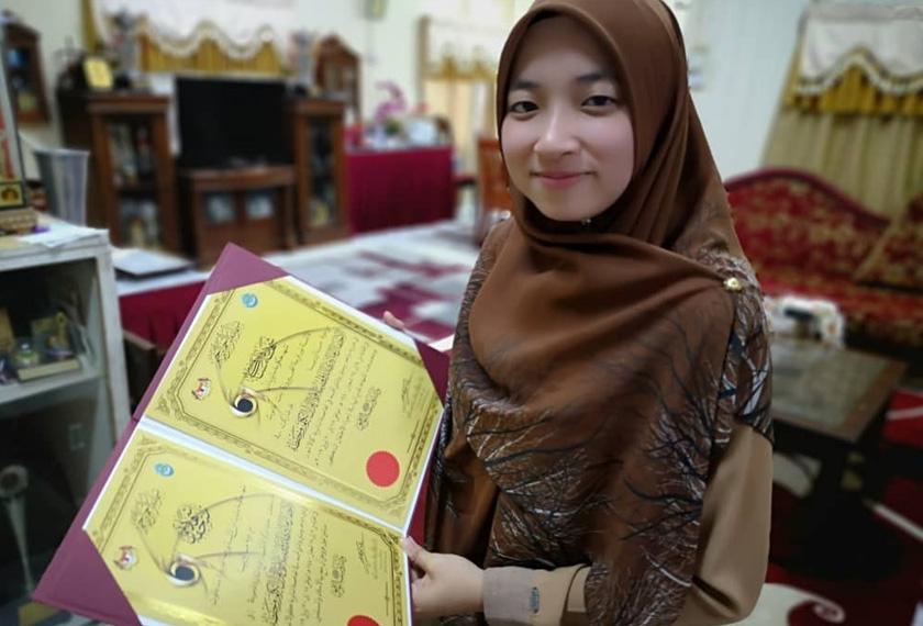 Farhatul bersama sijil kemenangannya.
