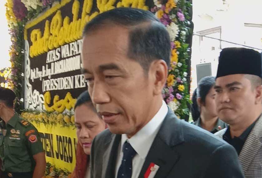 Presiden Joko Widodo hadir di rumah Habibie bagi memberi penghormatan terakhir. Pasukan Ceritalah