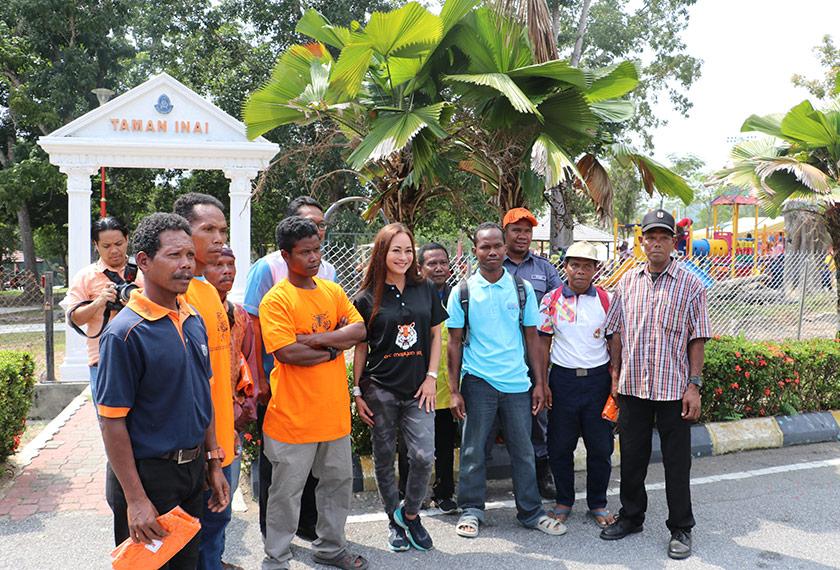 Maya bergambar bersama sekumpulan sukarelawan pada satu lawatan konservasi. Foto Ceritalah