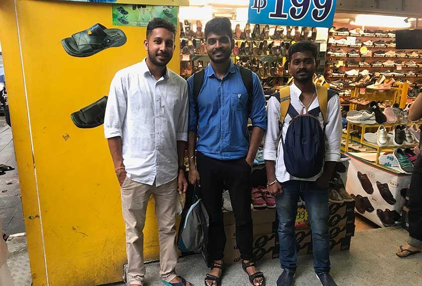 Tiga milennial dari India - Rupesh, Ashish dan Sourabh - ditemui ketika melancong buat pertama kali keluar dari India. Pasukan Ceritalah