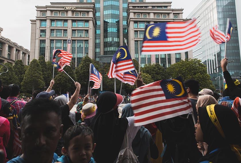 Orang ramai mengibarkan Jalur Gemilang di Putrajaya. Pasukan Ceritalah