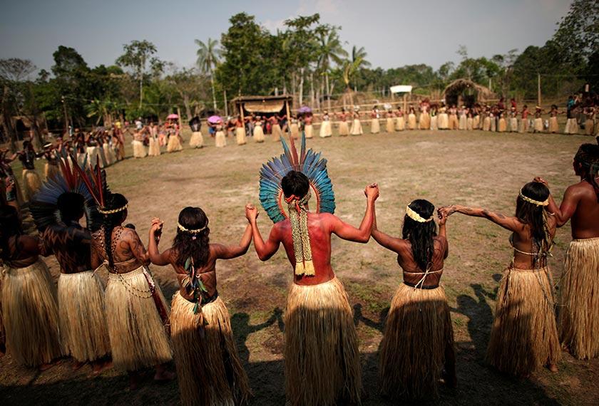 Puak pribumi Shenanewa melakukan ritual khas dengan menari dalam formasi bulatan, demi mengharapkan kebakaran dapat berhenti. - Reuters