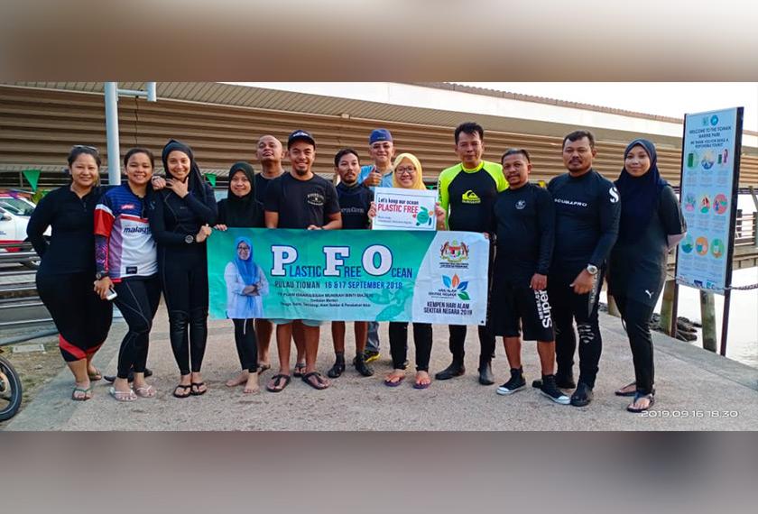 Isnaraissah (lima, kanan) bersama-sama penyelam sukarela yang menyertai Program PFO pada Selasa. Foto MESTECC