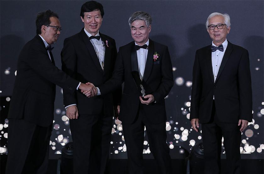 Ketua Pegawai Eksekutif Astro, Henry Tan (kedua dari kanan) menerima anugerah Pertumbuhan Keuntungan Tertinggi Selepas Cukai Lebih Tiga Tahun untuk Telekomunikasi dan Media. - Astro AWANI/SHAHIR OMAR