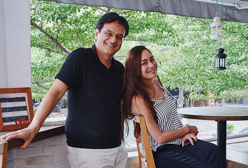 Maya bergambar bersama penulis selepas ditemu bual mengenai alam sekitar dan Malaysia. Foto Ceritalah
