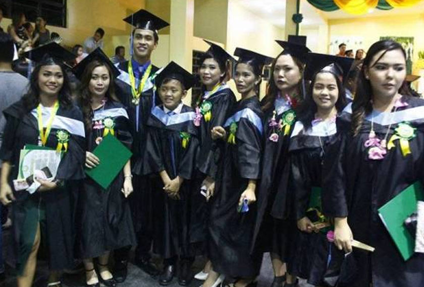 Ian (empat dari kiri) bersama rakan-rakannya selepas graduasi. - Foto: Facebook Ian