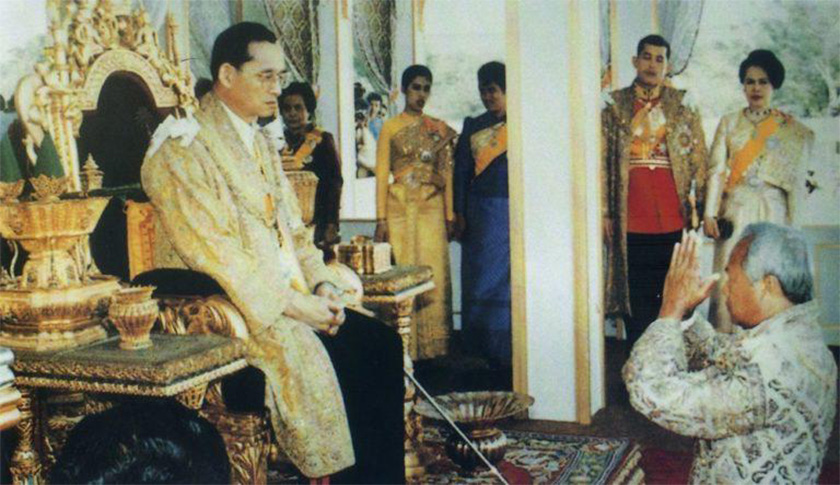 Prem tunduk sembah di hadapan Raja Bhumibol Adulyadej ketika majlis penganugerahan gelaran sebagai King Bhumibol the Great, di Dewan Takhta Chai Mangkalaphisek Thong Sanam Luang, 5 Dis, 1987. Foto Ceritalah