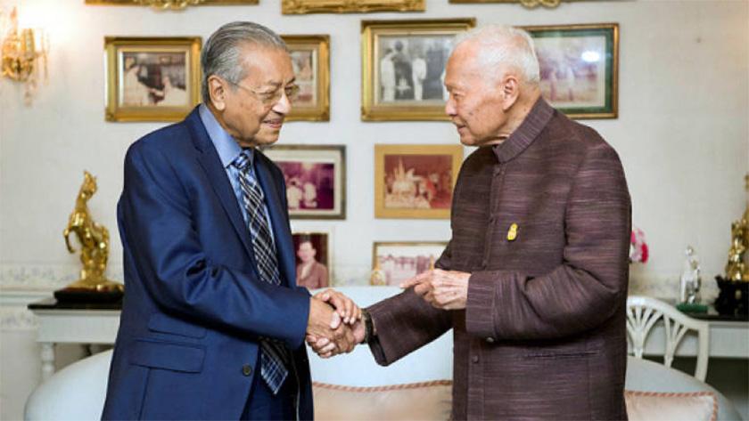 Prem Tinsulanonda berjabat tangan dengan Tun Dr Mahathir Mohamad ketika menerima kunjungan hormat Perdana Menteri Malaysia itu di kediaman rasmi beliau, 25 Okt, 2018. --fotoBERNAMA